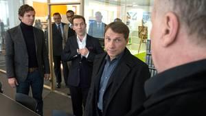 Busso von Mayer (Thomas Thieme, ganz rechts) arbeitet als Freigänger bei Ian Henderson (Tomas Sinclair Spencer, 3.v.r.). Eine Kombination, die Sebastian Bootz (Felix Klare) und Thorsten Lannert (Richy Müller) wundert, immerhin hat Hendersons Firma von Mayers Immobilienprojekt nach der Pleite übernommen und umgeplant.