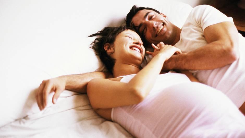 Endlich schwanger: Künstliche Befruchtung kann Paaren dabei helfen, sich ihren Kinderwunsch doch noch zu erfüllen.
