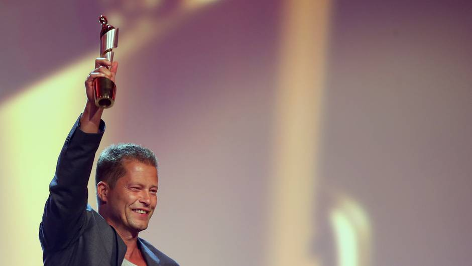 Til Schweiger freut sich mit einer Lola in der Hand beim Deutschen Filmpreis