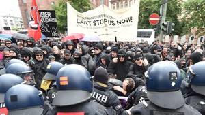 Polizisten trennen Gegendemonstranten von Pegida-Sympathisanten in Frankfurt am Main