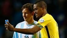 Nach Spielschluss knipst Jamaikas DeShorn Brown als erstes ein stolzes Selfie mit Lionel Messi