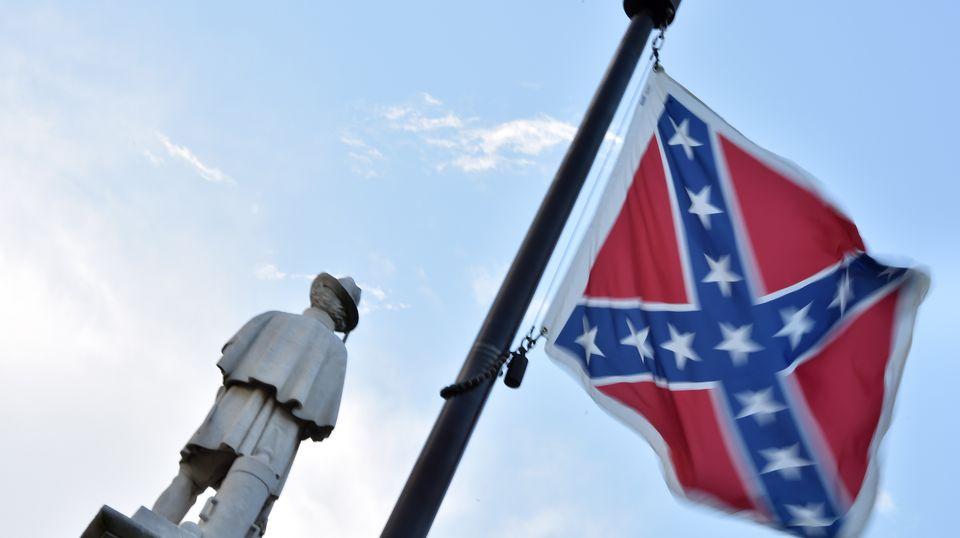 Eine Südstaatenflagge flattert vor blauem Himmel am Denkmal für Bürgerkriegs-Opfer