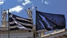 Die Griechenland- und die Europaflagge wehen im Zentrum Athens
