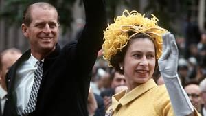 Queen Elisabeth und Prinz Philipp winken