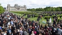 Aktivisten reißen den Bauzahn um den Rasen vor dem Bundestag in Berlin ein