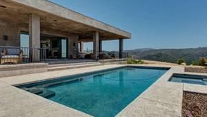 Der Außenbereich der Villa ist von klaren Linien, Beton und dem Pool bestimmt