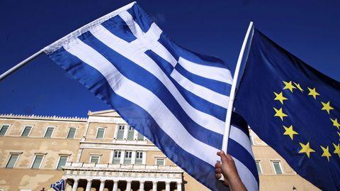 Die Griechenland-Flagge und die Flagge der EU: Die Krise in dem südeuropäischen Land drückt auf die Stimmung der Unternehmen