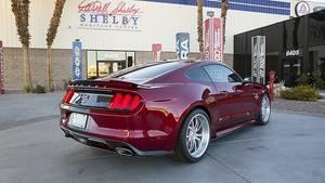 Von hinten schaut der Ford Mustang Shelby American Super Snake ziemlich zivil aus