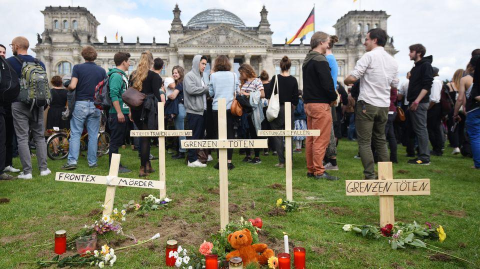 Symbolische Gräber auf dem Rasen vor dem Bundestag in Berlin