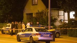 Polizeikräfte stehen vor dem Hamburger Wohnhaus, in dem zwei Einbrecher vom Hausbewohner überrascht wurden - einer der Eindringlinge wurde erschossen.