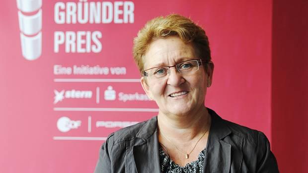 """Beate Nachtrab wurde von ihren Teams beim Deutschen Gründerpreis so gut bewertet, dass sie zur Lehrerin des Jahres 2015 gewählt wurde. Sie selbst sagt augenzwinkernd: """"Wieder so ein Titel ohne Mittel"""", freut sich aber dennoch."""