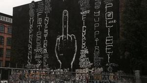 Twitter-Nutzer posten Bilder vom neuen Protest-Graffiti an der Berliner Cuvry-Brache