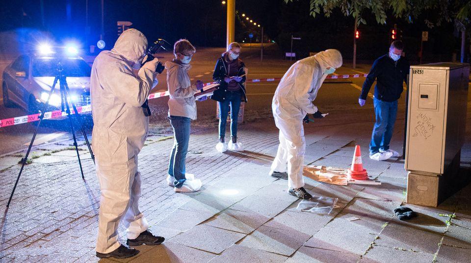 Polizei-Ermittler untersuchen einen Tatort in Hamburg-Jenfeld
