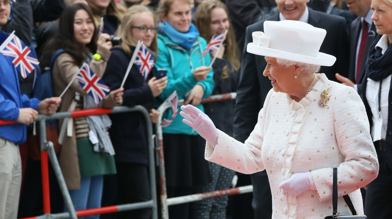 Die Queen winkt in Berlin Schaulustigen zu