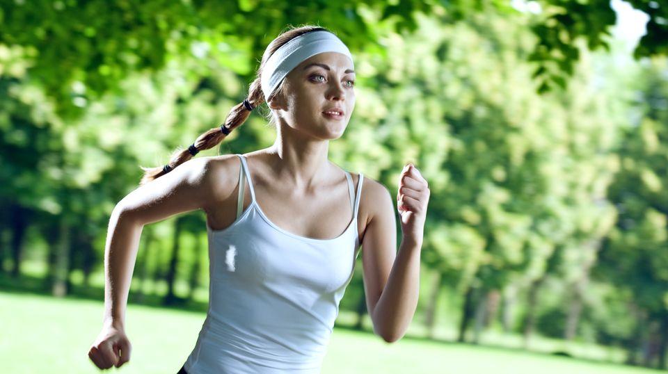 Laufen ist gut für die Gesundheit: Eine Frau joggt bei schönem Wetter