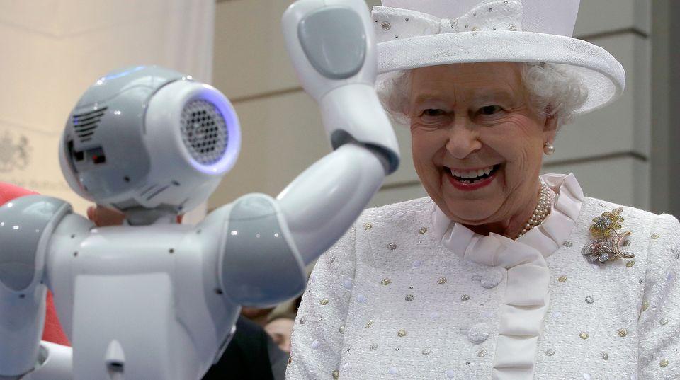 Die Queen lacht über einen winkenden Roboter