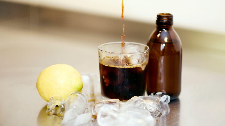 Drink aus Cold-Drip-Kaffee, Tonic Water und Zitrone