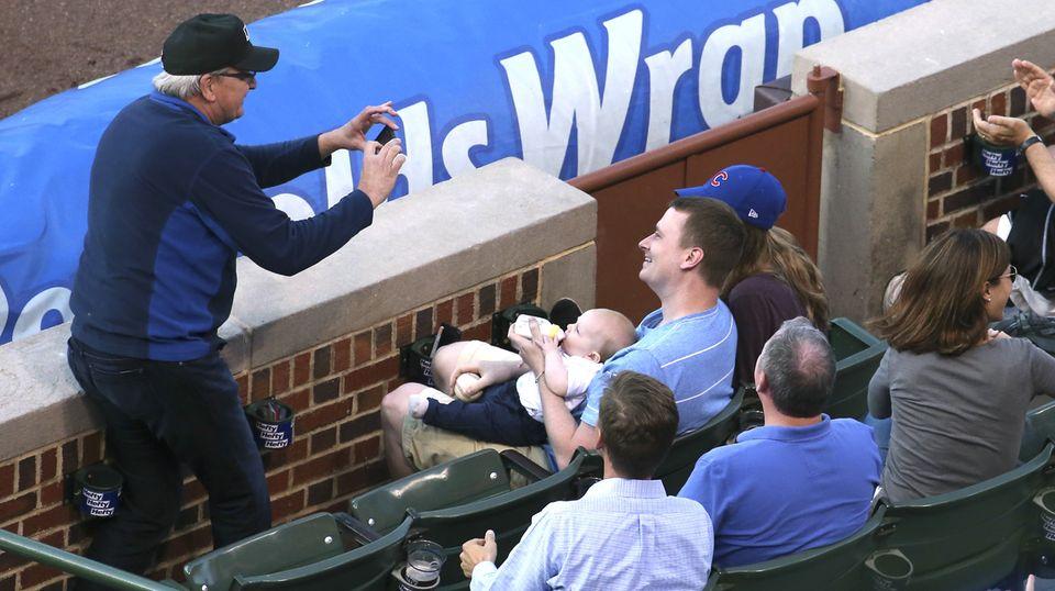 Nach dem spektakulären Fann fotgrafiert ein Mann Baseballfan Keith Hartley und dessen Baby.
