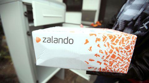 Ein Paket des Online-Versandhändlers Zalando in Königswinter, Nordrhein-Westfalen