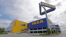 Die großen Ikea-Möbelhäuser könnten bald der Vergangenheit angehören.