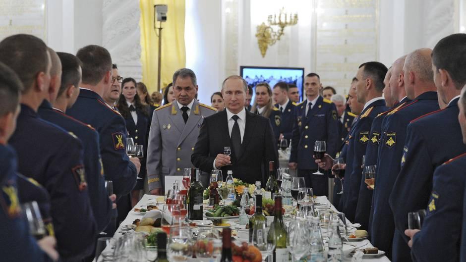 """Der russische Präsident Wladimir Putin beteuerte bei einer Veranstaltung in einer Militärakademie: """"Wir haben keine aggressiven Pläne"""""""