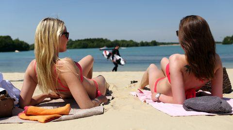 Zwei Studentinnen genießen an einem Badesee im Landkreis Ammerland