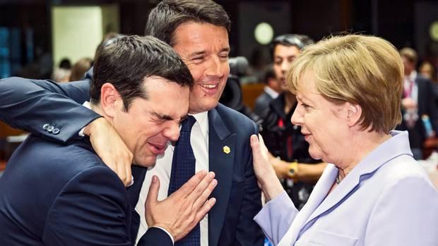 Beim derzeit laufenden Treffen der EU-Staats- und Regierungschefs steht die griechische Schuldenkrise zwar nicht offiziell auf der Agenda, sie wird aber dennoch Thema sein. So ausgelassen, wie sich Alexis Tsipras (l.) hier mit Matteo Renzi und Angela Merkel zeigt, dürfte die Stimmung aber nicht werden.