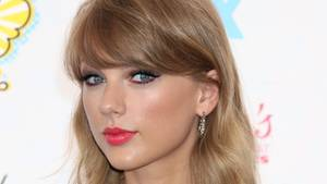 Taylor Swift schaut in die Kamera