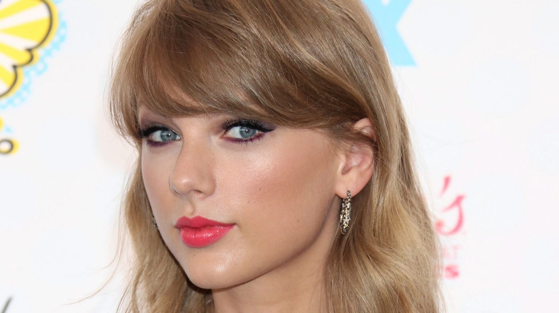Taylor Swift schaut in die Kamera