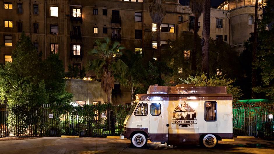 Food-Truck steht vor Hotel