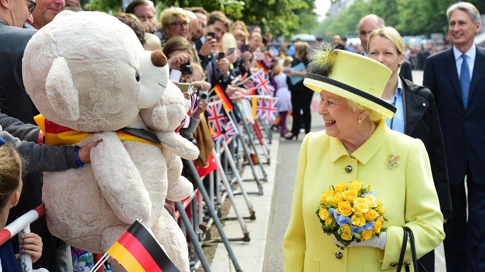 Tag vier, 26. Juni 2015  Dem riesigen Bären schenkt die Queen ein Lächeln, mitnehmen kann oder will sie ihn jedoch nicht.