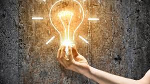 Deutsche Uni-Absolventen sind bestens ausgebildet, haben kreative Idee - doch statt ein Start-up zu gründen, unterschreiben sie lieber bei großen Konzernen. Dabei entdecken gerade die nun die deutsche Gründer-Szene - und pumpen Millionen in die guten Ideen.