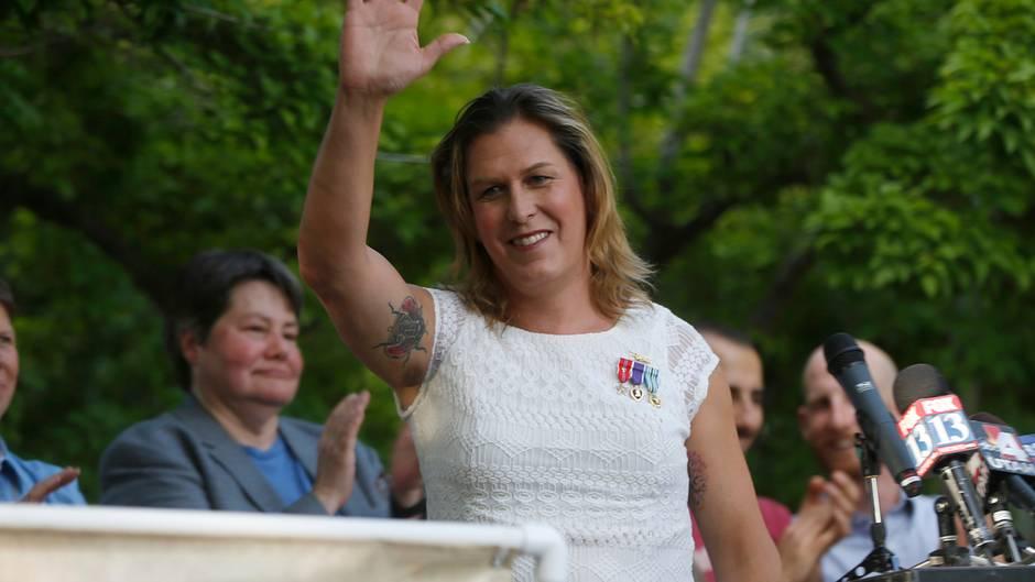 Kristin Beck auf einer Veranstaltung im Juni 2014. Das Marienkäfer-Tattoo auf ihrem Oberarm überdeckt eine Biker-Gang-Tätowierung aus der Zeit, als sie noch als Mann gelebt hat.
