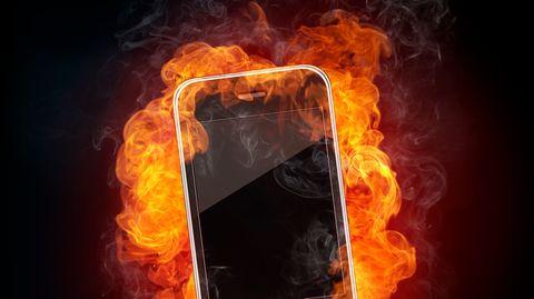 Ein Smartphone explodiert, ähnlich wie es das iPhone nun getan hat