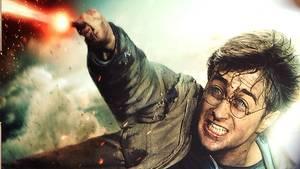 """Ein Mann geht an einem Plakat zu einem """"Harry Potter""""-Film vorbei"""