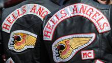 Das Logo der Hells Angels ist auf dem Rücken zweier Rocker zu sehen