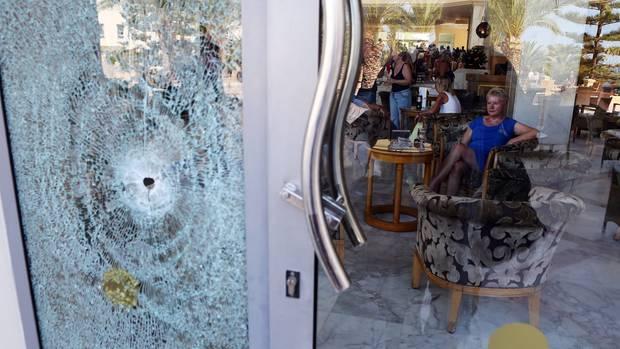 In den Glastüren der Eingangshallen des Hotels sind Einschusslöcher zu sehen.