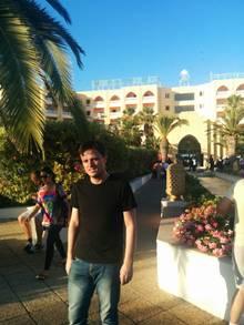 Der Journalist Gerald Drißner steht in Tunesien vor dem Hotel, in dem der Anschlag stattgefunden hat