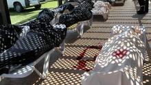 Opfer des islamistischen Terrors in Sousse: Auf Sonnenliegen liegen auf dem Geländes des Riu-Hotels Imperial Marhaba in Sousse die abgedeckten Leichen