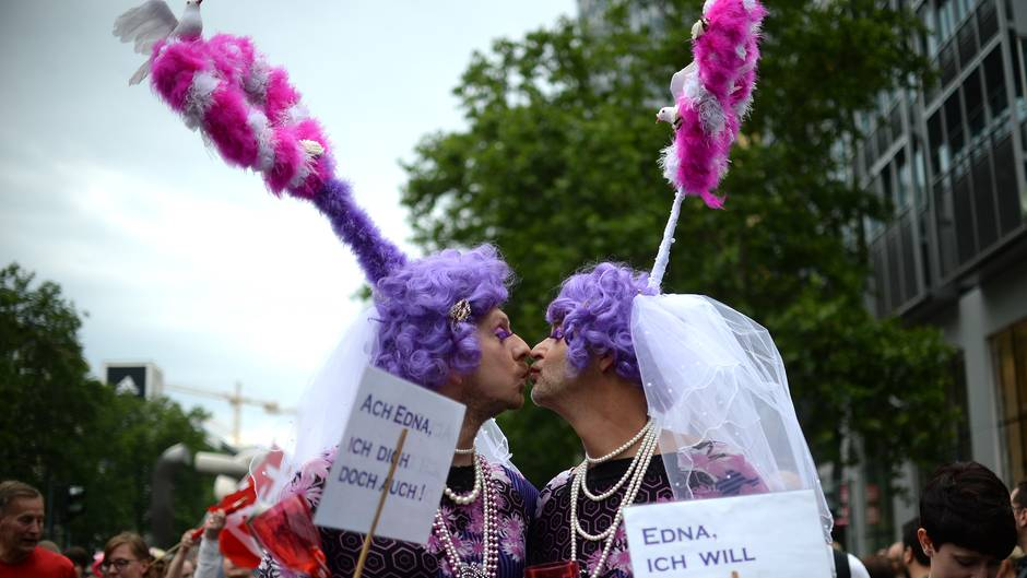 Zwei Schwule fordern beim CSD die Homo-Ehe