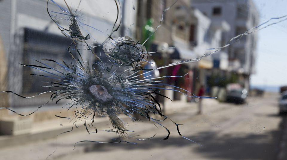 Eine durchschossene Windschutzscheibe in Sousse
