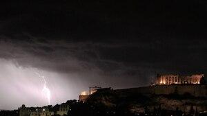Dunkle Wolken über Athen? Nach Ansicht der Eurogruppe soll Griechenland Teil der Währungsunion bleiben können - doch die Lage bleibt angespannt.