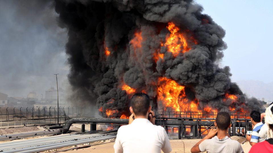In der jemenitischen Hafenstadt Aden haben Rebellen einen Frachter beschossen
