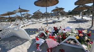 Nach dem Attentat liegen Blumen auf den Sonnenstühlen am Strand von Sousse