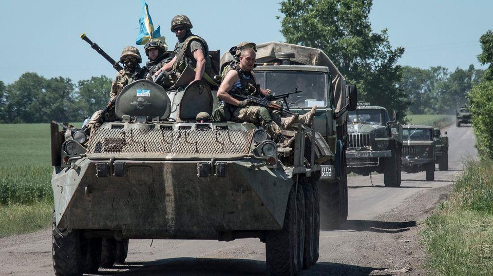 Soldaten auf einem Radpanzer in der Ostukraine