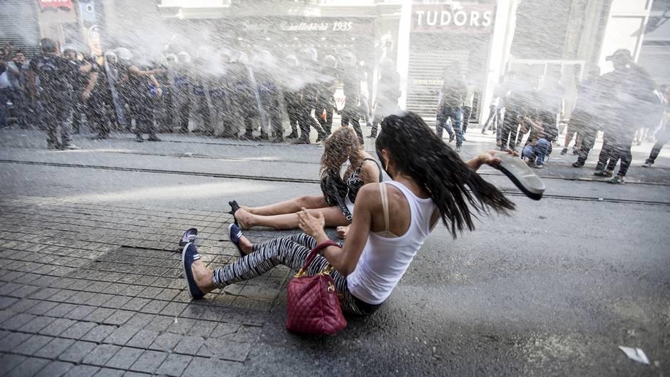 Aktivistinnen wird von der Polizei mit einem Wasserwerfer daran gehindert, auf den Taksim-Platz zu kommen