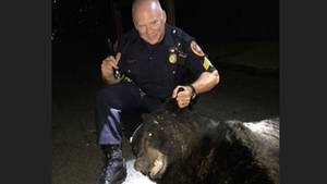 Polizist mit Bär