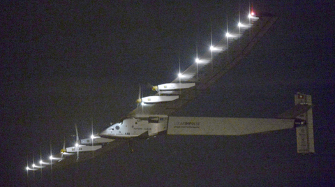 Das Solarflugzeug Solar Impulse 2 fliegt durch den Nachthimmel