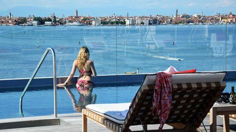 Gast im Rooftop-Pool