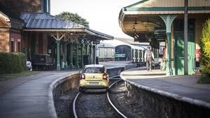 Die Einfahrt in einen Bahnhof der Bluebell Railway
